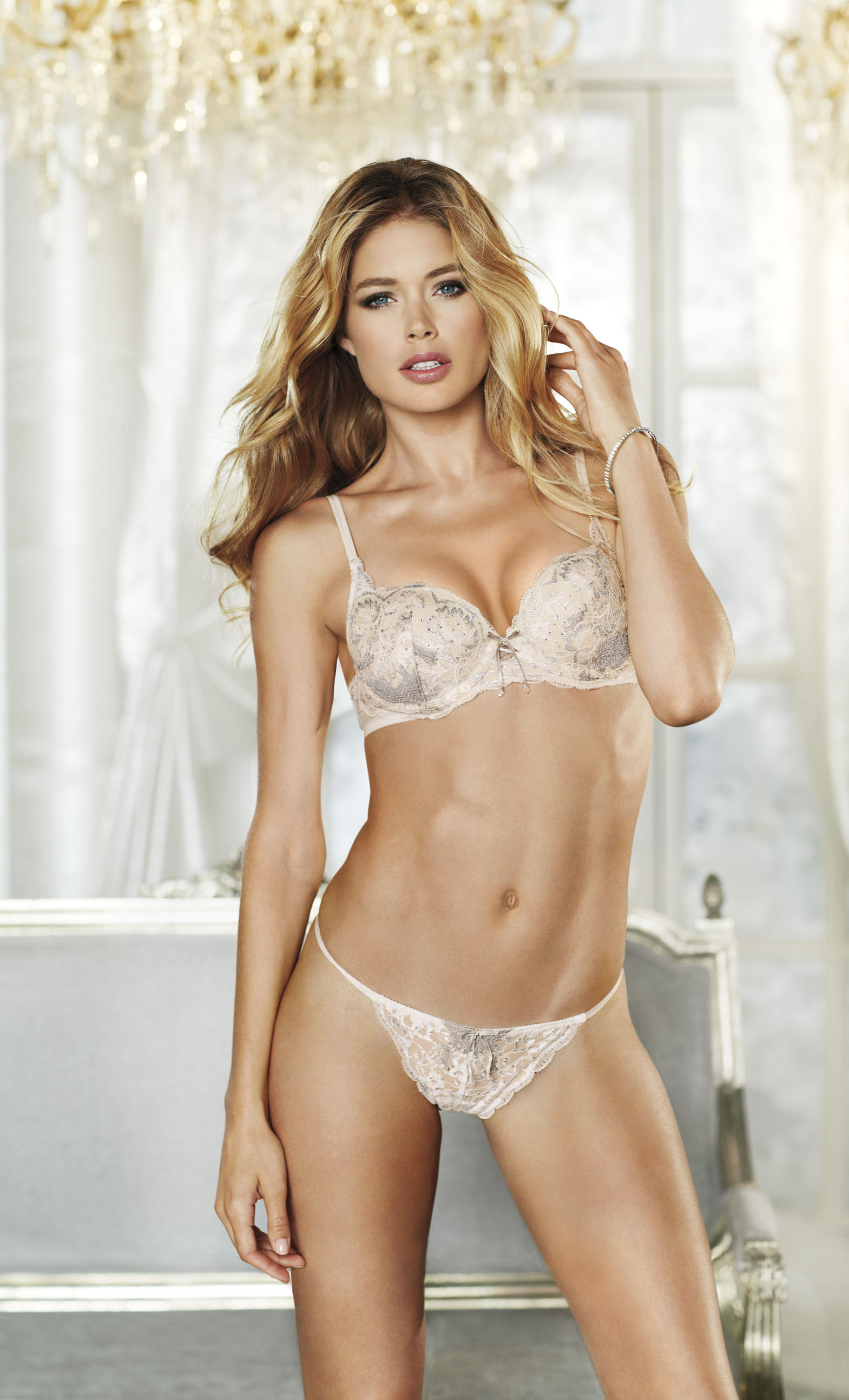 fashion-show-media-kit-2012-contract-model-doutzen-kroes-victorias-secret-hi-res