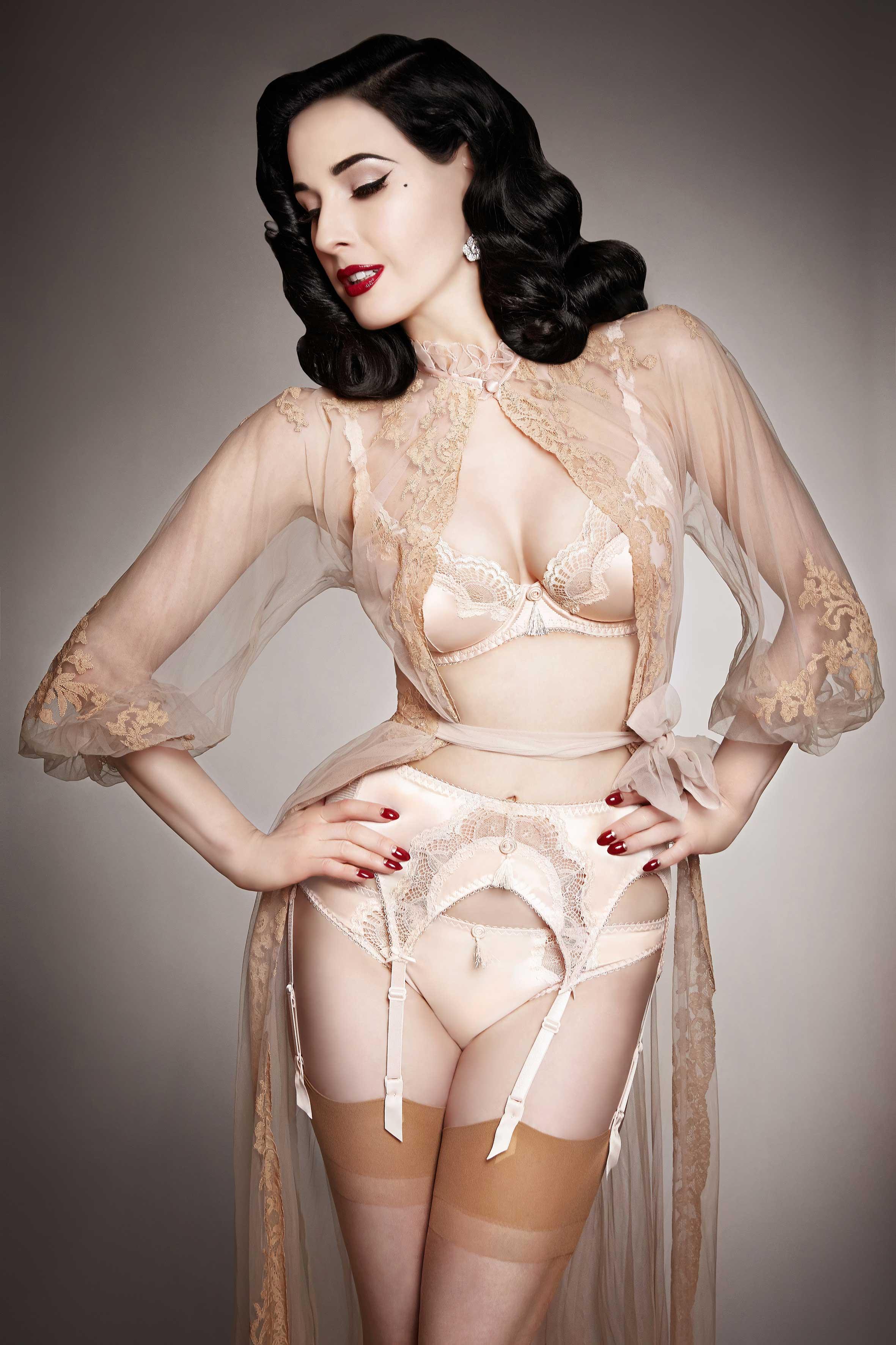 277052_Dita_Von_Teese_lingerie_Star_Lift_vintage_peach
