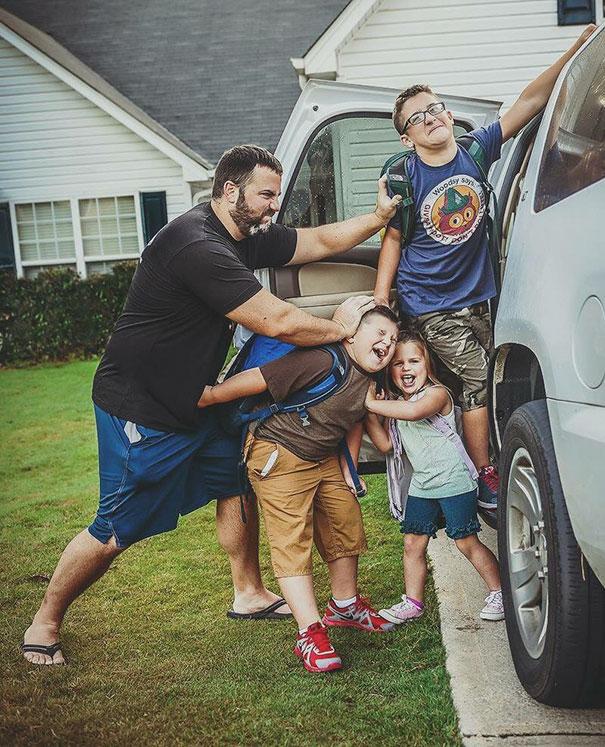 rodicia posielaju deti do skoly (3)