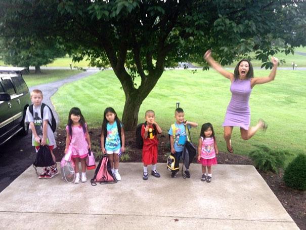 rodicia posielaju deti do skoly (6)