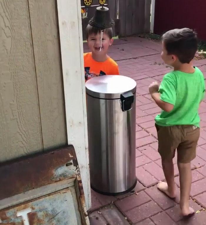 chlapci sa hrajú